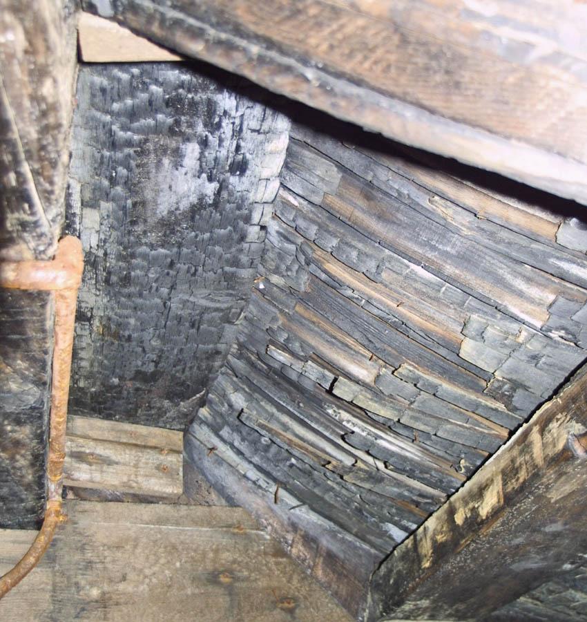 Brandschutz - Verkohlte Dachkonstruktion nach einem Schwehlbrand