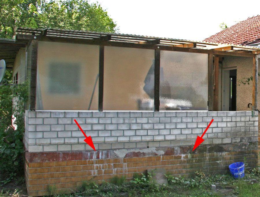 Mauerwerk mit schlierenförmigen Ausblühungen