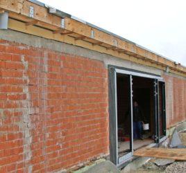 Ausblühungen am Ziegelmauerwerk eines Neubaus