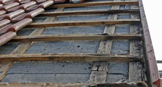 Undichtes Dach: Dachlatten und Konterlatten durch Fäulnis geschädigt